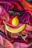 Ασυνήθιστη σύνθεση των γυαλιών ηλίου και των φρούτων Στοκ Εικόνες