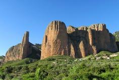 Ασυνήθιστος διαμορφωμένος κόκκινος σχηματισμός βράχου συγκροτημάτων επιχειρήσεων Los Mallos de Riglos στην Ισπανία Στοκ φωτογραφίες με δικαίωμα ελεύθερης χρήσης