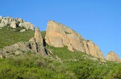 Ασυνήθιστος διαμορφωμένος κόκκινος σχηματισμός βράχου συγκροτημάτων επιχειρήσεων Los Mallos de Riglos στην Ισπανία Στοκ Φωτογραφία