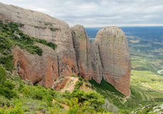 Ασυνήθιστος διαμορφωμένος κόκκινος σχηματισμός βράχου συγκροτημάτων επιχειρήσεων Los Mallos de Riglos στην Ισπανία Στοκ εικόνες με δικαίωμα ελεύθερης χρήσης
