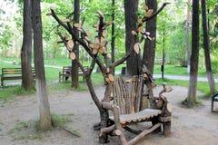Ασυνήθιστος πάγκος στο θερινό πάρκο στοκ φωτογραφίες