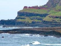 Ασυνήθιστος σχηματισμός βράχου στο γιγαντιαίο υπερυψωμένο μονοπάτι ` s στοκ εικόνες με δικαίωμα ελεύθερης χρήσης