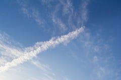 Ασυνήθιστος σχηματισμός σύννεφων: Σωρείτης ή Chemtrail; στοκ εικόνα με δικαίωμα ελεύθερης χρήσης