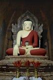 Ασυνήθιστο άγαλμα του Βούδα με το κεφάλι του Βούδα μέσα bagan Myanmar Στοκ φωτογραφία με δικαίωμα ελεύθερης χρήσης
