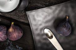 Ασυνήθιστο κουτάλι και μαύρο πιάτο Στοκ εικόνα με δικαίωμα ελεύθερης χρήσης