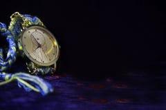 Ασυνήθιστο ρολόι με ένα όμορφο υπόβαθρο Στοκ Φωτογραφίες
