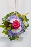 Ασυνήθιστο floral μπουκέτο λουλουδιών που ενσωματώνει ένα μπλε κλωστοϋφαντουργικό προϊόν Στοκ φωτογραφία με δικαίωμα ελεύθερης χρήσης