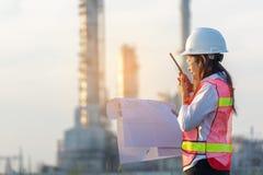 Ασφάλεια βιομηχανίας Ο έλεγχος εργασίας μηχανικών εργαζόμενων γυναικών ανθρώπων στην κατασκευή ενεργειακής βιομηχανίας εγκαταστάσ στοκ φωτογραφία