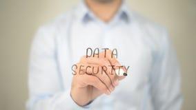Ασφάλεια δεδομένων, άτομο που γράφει στη διαφανή οθόνη Στοκ φωτογραφίες με δικαίωμα ελεύθερης χρήσης