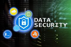 Ασφάλεια δεδομένων, cyber πρόληψη εγκλήματος, ψηφιακή προστασία πληροφοριών Εικονίδια κλειδαριών και υπόβαθρο δωματίων κεντρικών  Στοκ Φωτογραφία