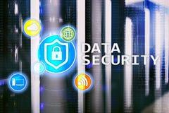Ασφάλεια δεδομένων, cyber πρόληψη εγκλήματος, ψηφιακή προστασία πληροφοριών Εικονίδια κλειδαριών και υπόβαθρο δωματίων κεντρικών  Στοκ Εικόνα
