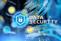 Ασφάλεια δεδομένων, cyber πρόληψη εγκλήματος, ψηφιακή προστασία πληροφοριών Εικονίδια κλειδαριών και υπόβαθρο δωματίων κεντρικών  Στοκ εικόνα με δικαίωμα ελεύθερης χρήσης