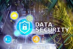 Ασφάλεια δεδομένων, cyber πρόληψη εγκλήματος, ψηφιακή προστασία πληροφοριών Εικονίδια κλειδαριών και υπόβαθρο δωματίων κεντρικών  Στοκ φωτογραφίες με δικαίωμα ελεύθερης χρήσης
