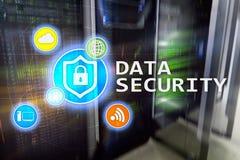 Ασφάλεια δεδομένων, cyber πρόληψη εγκλήματος, ψηφιακή προστασία πληροφοριών Εικονίδια κλειδαριών και υπόβαθρο δωματίων κεντρικών  Στοκ εικόνες με δικαίωμα ελεύθερης χρήσης