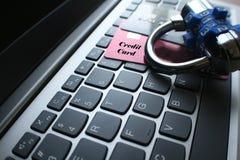 Ασφάλεια Διαδικτύου με την κλειδαριά στις πιστωτικές κάρτες στοκ φωτογραφία με δικαίωμα ελεύθερης χρήσης