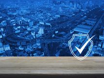 Ασφάλεια Διαδικτύου τεχνολογίας cyber και αντι έννοια ιών στοκ εικόνα