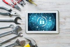Ασφάλεια Ιστού και έννοια τεχνολογίας με το PC ταμπλετών στον ξύλινο πίνακα Στοκ εικόνες με δικαίωμα ελεύθερης χρήσης