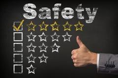 Ασφάλεια πέντε πέντε αστέρων εκτίμηση Αντίχειρες επάνω στα χρυσά αστέρια εκτίμησης υπηρεσιών στον πίνακα κιμωλίας στοκ φωτογραφίες
