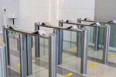 Ασφάλεια σε μια πύλη εισόδων με το βασικό έξυπνο κτίριο γραφείων ελέγχου προσπέλασης καρτών στοκ εικόνες
