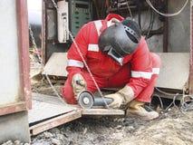 Ασφάλεια στην εργασία Ένωση και λείανση των κατασκευών σιδήρου Indu Στοκ Φωτογραφίες