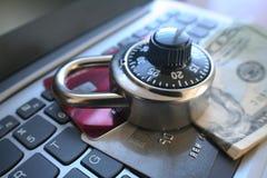 Ασφάλεια Cyber με την κλειδαριά στις πιστωτικές κάρτες & τα χρήματα υψηλά - ποιότητα Στοκ Εικόνες