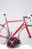 Ασφάλεια ανακύκλωσης και έννοια προστασίας Κράνος προστασίας οδικών ποδηλάτων μπροστά από το επαγγελματικό οδικό ποδήλατο Στοκ φωτογραφία με δικαίωμα ελεύθερης χρήσης