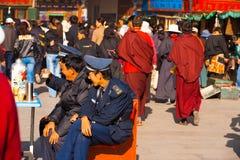 Ασφάλεια αστυνομικών που προσέχει Barkhor Lhasa Θιβέτ Στοκ Εικόνα