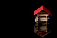 Ασφάλεια πυρκαγιάς Ξύλινη ασφάλεια σπιτιών στεγάστε το χρηματοκιβώ&tau Στοκ Φωτογραφία