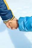 Ασφάλεια στα χέρια του μπαμπά Στοκ Φωτογραφία