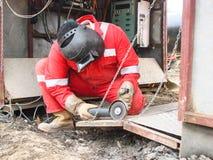 Ασφάλεια στην εργασία Ένωση και λείανση των κατασκευών σιδήρου Βιομηχανικοί οξυγονοκολλητές και συναρμολογητές εργάσιμων μερών Στοκ Φωτογραφίες