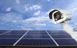 Ασφάλεια των εγκαταστάσεων ηλιακής παραγωγής ενέργειας οι κάμερες CCTV εξασφαλίζουν ηλιακό Στοκ εικόνες με δικαίωμα ελεύθερης χρήσης