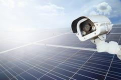 Ασφάλεια των εγκαταστάσεων ηλιακής παραγωγής ενέργειας οι κάμερες CCTV εξασφαλίζουν ηλιακό Στοκ Εικόνα