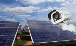 Ασφάλεια των εγκαταστάσεων ηλιακής παραγωγής ενέργειας οι κάμερες CCTV εξασφαλίζουν ηλιακό Στοκ φωτογραφία με δικαίωμα ελεύθερης χρήσης