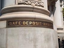 Ασφαλής ετικέτα υπόγειων θαλάμων κατάθεσης έξω από τη στήλη οικοδόμησης τραπεζών στοκ εικόνες με δικαίωμα ελεύθερης χρήσης