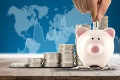Ασφαλής τράπεζα χρημάτων για την επένδυση με τη piggy τράπεζά σας Στοκ εικόνα με δικαίωμα ελεύθερης χρήσης