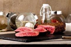 Ασφαλίστρου μαύρο πιάτο μπριζόλας βόειου κρέατος σπάνιο στοκ φωτογραφία με δικαίωμα ελεύθερης χρήσης