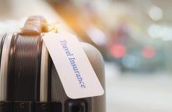 Ασφαλιστική ετικέττα ταξιδιού στον κάτοχο βαλιτσών με δεμένο το ετικέττα En επιστολών στοκ εικόνα με δικαίωμα ελεύθερης χρήσης