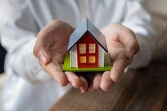 ασφαλιστική πρότυπη ιδιοκτησία σπιτιών χεριών έννοιας πραγματική στοκ εικόνες με δικαίωμα ελεύθερης χρήσης