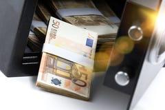 Ασφαλές κιβώτιο κατάθεσης χρημάτων μετρητών, σωρός των χρημάτων μετρητών στοκ φωτογραφίες