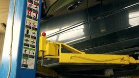 Ασφαλής ανελκυστήρας ανελκυστήρων αυτοκινήτων στο γκαράζ και τις εικόνες και τις οδηγίες ασφάλειας φιλμ μικρού μήκους