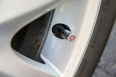 Ασφαλής και ευτυχής έννοια οχημάτων έλεγχος της ρόδας πίεσης Στοκ Φωτογραφία
