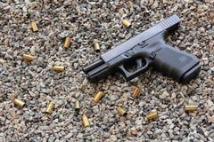 Ασφαλής δράση με ένα πυροβόλο όπλο στοκ φωτογραφία