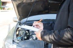 ασφαλιστικό διανυσματικό λευκό απεικόνισης αυτοκινήτων ανασκόπησης στοκ εικόνα