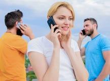 Ασύρματη επικοινωνία Άνθρωποι και τεχνολογία Ομάδα φίλων που μιλούν στα τηλέφωνα κυττάρων Σύγχρονοι άνθρωποι με τα smartphones στοκ φωτογραφία με δικαίωμα ελεύθερης χρήσης
