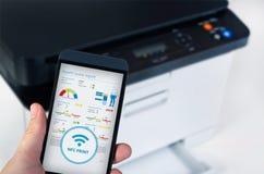 Ασύρματη εύκολη εκτύπωση με την κοντινή τεχνολογία επικοινωνιών τομέων Στοκ εικόνες με δικαίωμα ελεύθερης χρήσης