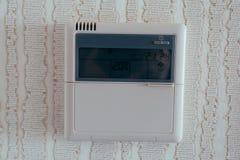 Ασύρματη θερμοστάτης για τον έλεγχο περιβαλλοντικής θερμοκρασίας στο ξενοδοχείο στοκ εικόνες