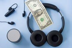 Ασύρματη κάσκα, συνδεμένη με καλώδιο κάσκα, ομιλητής και χρήματα στο π στοκ φωτογραφίες με δικαίωμα ελεύθερης χρήσης