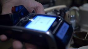 Ασύρματη πληρωμή Τερματικό πληρωμής με πιστωτική κάρτα Πληρωμή μεταφοράς Γυναίκα που πληρώνει μέσω του έξυπνου τηλεφώνου που χρησ φιλμ μικρού μήκους