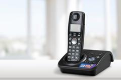 Ασύρματοι σύγχρονοι τηλέφωνο και σταθμός βάσης που απομονώνονται επάνω στοκ εικόνα με δικαίωμα ελεύθερης χρήσης