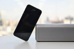 Ασύρματος ομιλητής και κινητό τηλέφωνο στοκ εικόνα